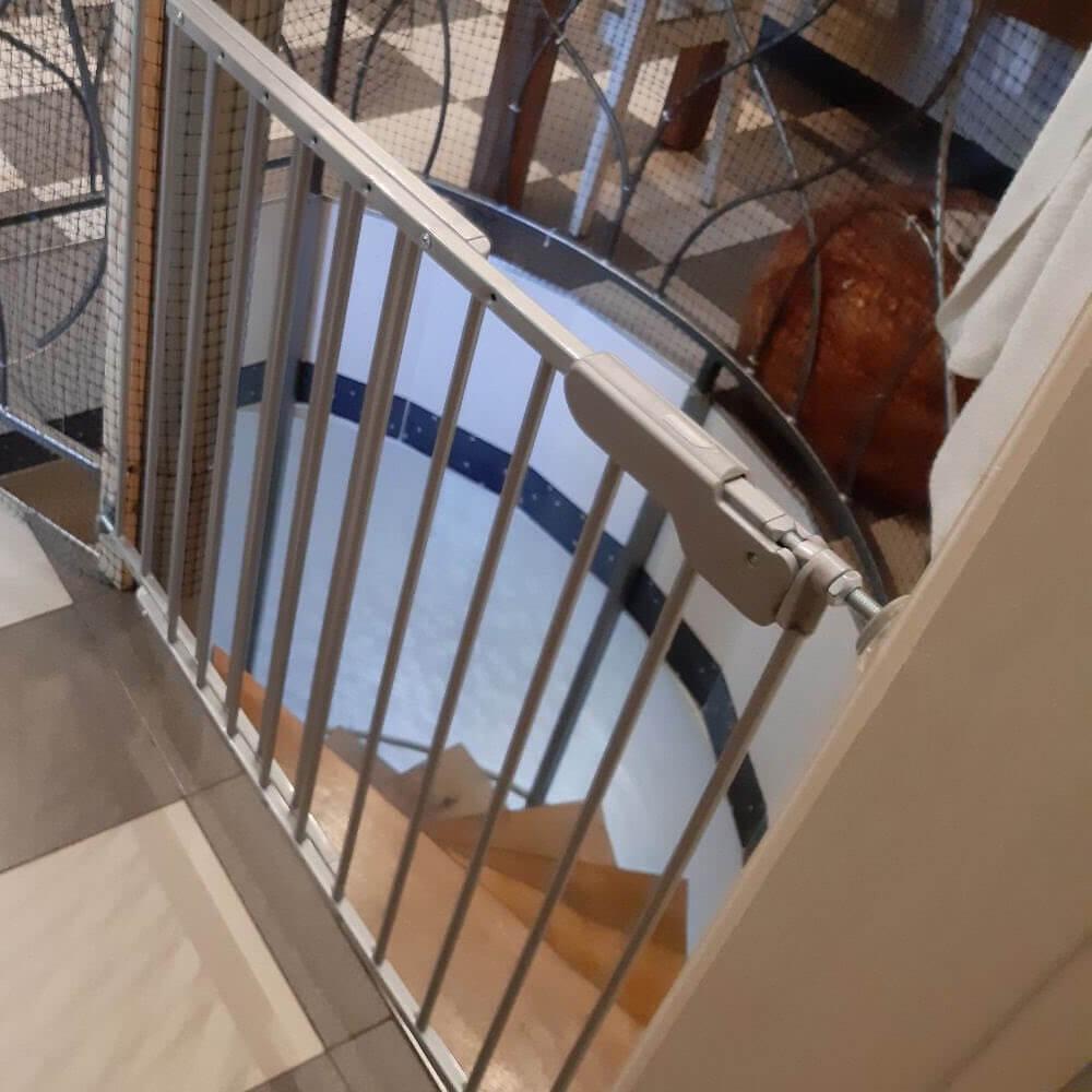 Дитячий бар'єр безпеки для сходів
