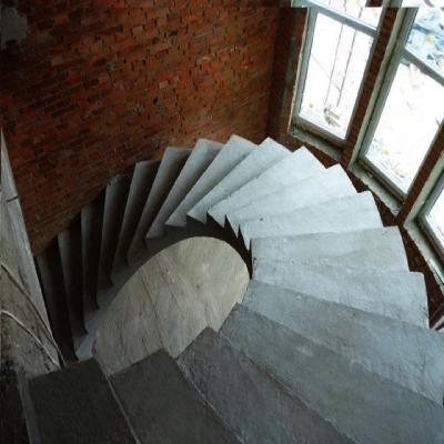 Спиральная бетонная лестница в доме