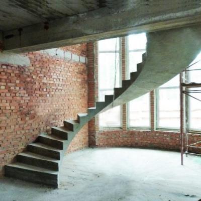 Сходи з бетону напівкругові