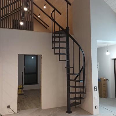 фото Винтовая лестница на второй этаж
