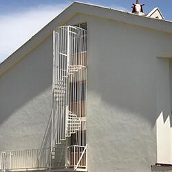 Фото Уличная винтовая лестница из металла