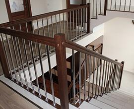 фото Ограждение лестницы из дерева