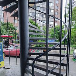 Фото Наружная винтовая лестница из металла
